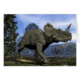 Cartão Dinossauros do Centrosaurus que andam entre a