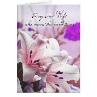 Cartão do aniversário da esposa com os lírios cor-