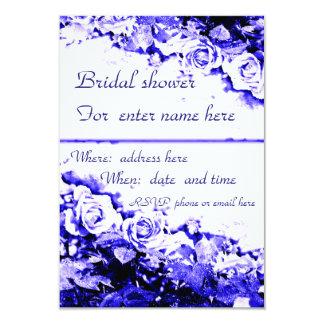 Cartão do chá de panela, rosas azuis no branco convite 8.89 x 12.7cm