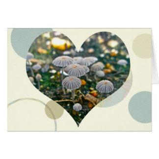 Cartão do coração do jardim do cogumelo