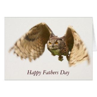 Cartão do dia dos pais da coruja em vôo