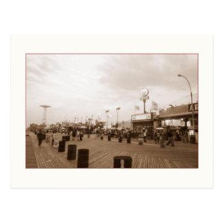 Cartão do passeio à beira mar do fim da tarde (o