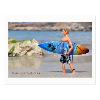 Cartão do surfista do homem da ação