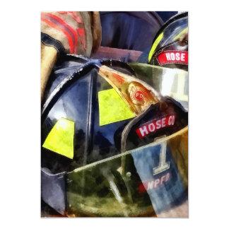 Cartão Dois capacetes do fogo e jaqueta do bombeiro