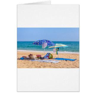 Cartão Dois guarda-sóis e fontes da praia em sea.JPG
