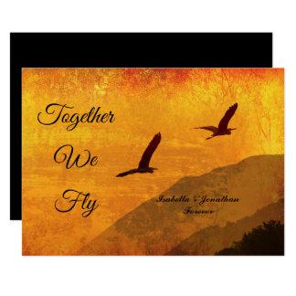 Cartão Dois pássaros mostrados em silhueta contra um céu
