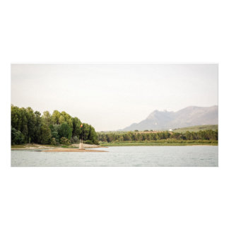 Cartão Embandeire o cargo sobre um pilão em um lago