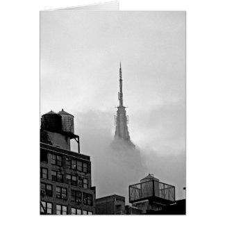 Cartão Empire State Building nas nuvens