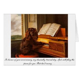 Cartão engraçado do aniversário com cão e piano