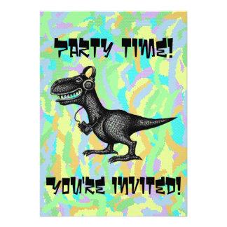 Cartão engraçado do convite de festas do dinossaur