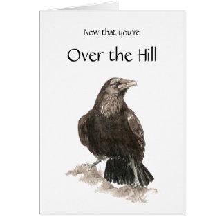 Cartão Engraçado, sobre o monte, aniversário com corvo,