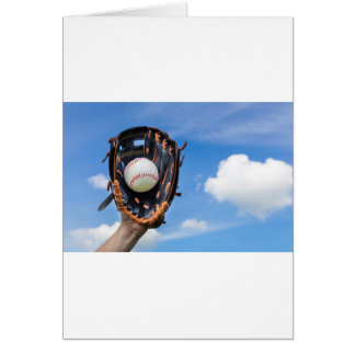 Cartão Entregue guardarar o basebol na luva com céu azul