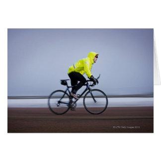 Cartão Equipe bicicletas em um dia de inverno frio e
