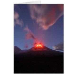 Cartão Erupção Klyuchevskaya Sopka da noite em Kamchatka