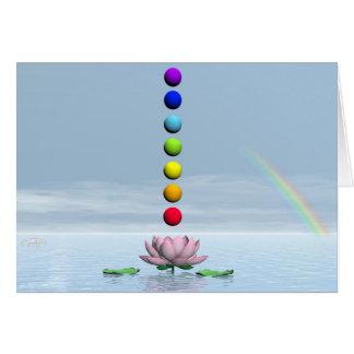 Cartão Esferas coloridas para chakras em cima do lírio