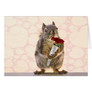 Cartão Esquilo com o buquê das rosas vermelhas