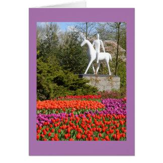 Cartão Estátua e tulipas