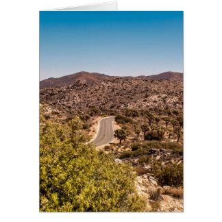 Cartão Estrada só do deserto da árvore de Joshua