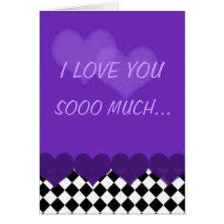Cartão Eu te amo tanto roxo com verificações e corações