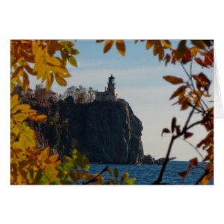 Cartão Farol rachado da rocha na queda