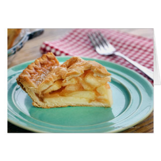 Cartão Fatia de torta de maçã cozida fresca na placa