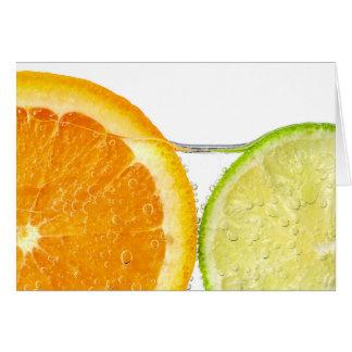 Cartão Fatias da laranja e do limão na água