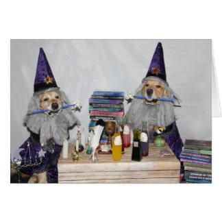 Cartão Feiticeiros do Dia das Bruxas do golden retriever