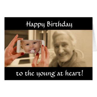 Cartão Feliz aniversario aos jovens no coração
