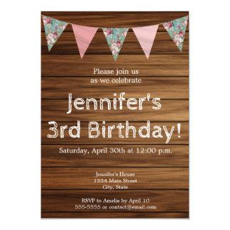 Cartão Feliz aniversario da menina de madeira rústica do