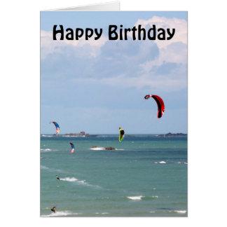 Cartão Feliz aniversario surfando da raça do papagaio