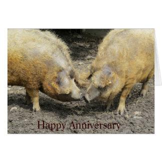 Cartão feliz do aniversário de dois grandes porcos
