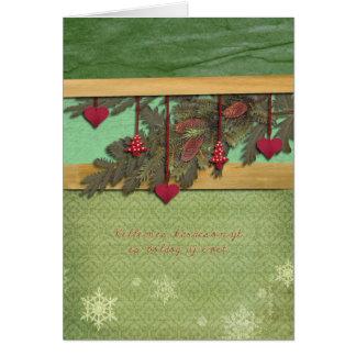Cartão Feliz Natal em corações húngaros, vermelhos