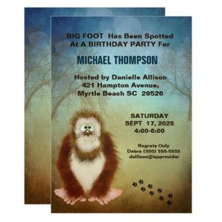 Cartão Festa de aniversário grande de Sasquatch do pé dos