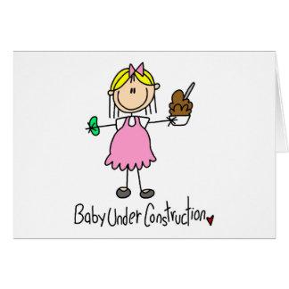 Cartão Figura bebê da vara sob a construção