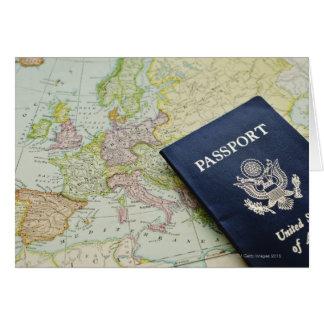 Cartão Fim-acima do passaporte que encontra-se no mapa