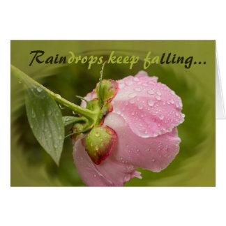 Cartão Flor cor-de-rosa da peônia com pingos de chuva de