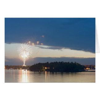 Cartão Fogos-de-artifício no crepúsculo sobre o lago gull