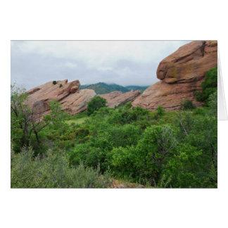 Cartão Formações e escalas de rocha que cercam rochas