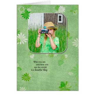Cartão foto do aniversário com fundo da margarida