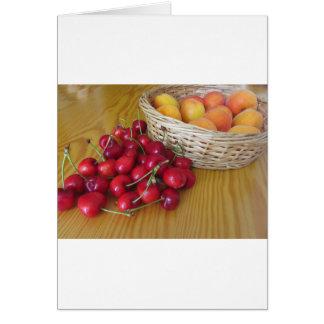 Cartão Frutas frescas do verão na mesa de madeira leve