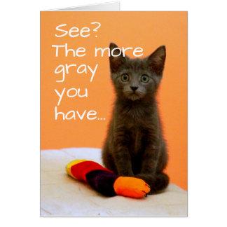 Cartão Gatinho cinzento bonito no fundo alaranjado