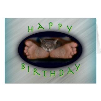 Cartão Gato bonito do feliz aniversario nos pés de Cassie