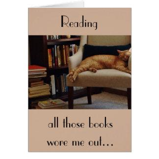 Cartão Gato e livros alaranjados de gato malhado