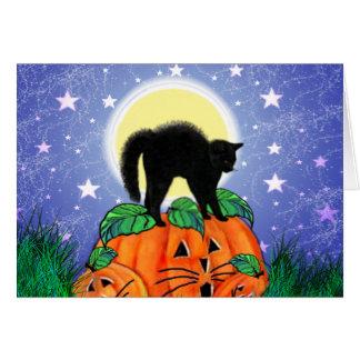 Cartão Gato preto do Dia das Bruxas no luar com abóboras