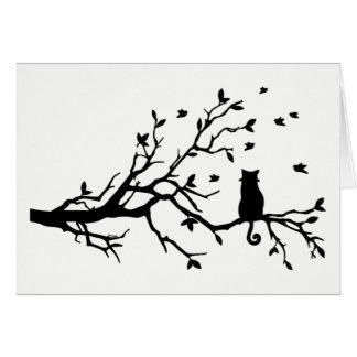 Cartão Gato preto e branco com pássaros em uma árvore