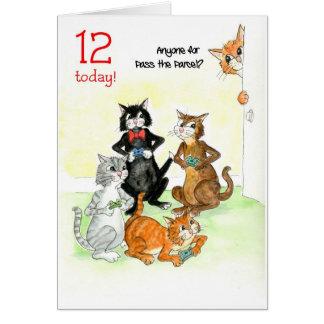 Cartão Gatos do divertimento que jogam aniversário do
