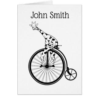 Cartão Girafa preto e branco que monta uma bicicleta