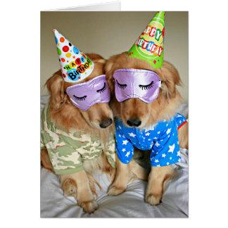 Cartão Golden retriever no aniversário dos pijamas