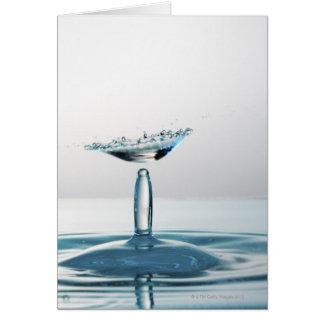 Cartão Gotas da água que colidem para dar forma a um