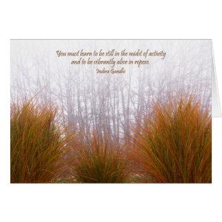Cartão Gramas do jardim em um dia de inverno nevoento